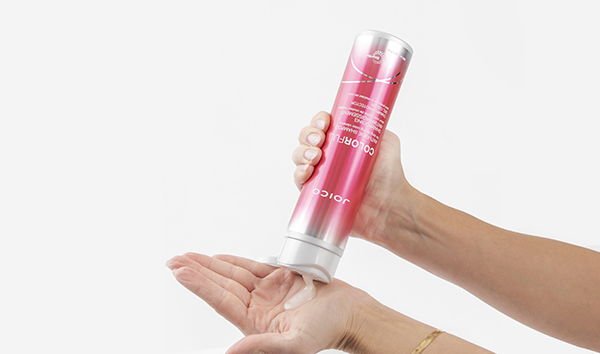 JoIco shampoo squeezing in hand